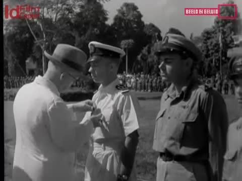 Tanda-Penghargaan-Untuk-Prajurit-Di-Batavia-Parade-Perpisahan-Untuk-Jenderal-Mansergh